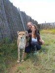 Viki und Bernd mit einem zahmen Geparden