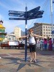 Viki vor dem Weltreisewegweiser :)