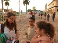 Viki zeigt kubanischen Kindern die Fotos von unseren Familien und Freunden