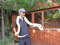 Bernd mit einer Schlange um den Hals