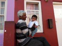 Opa und sein Enkel im Bo Kaap Viertel von Kapstadt
