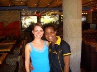 Viki und die freundliche Kellnerin in der Cubana Bar