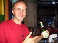 Bernd mit einer Flasche Gross Kernoel. Ja, das gibt es auch in Kapstadt (und auf www.gross-kernoel.at)
