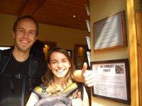 Viki und Bernd mit Fair Trade Tourismus Urkunde