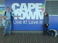 Viki und Bernd vor einem Cape Town Plakat
