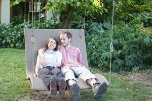 Viktoria und Bernd in einer Hängeschaukel